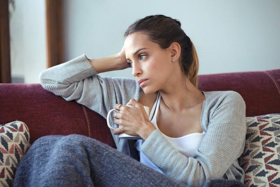 Ex Freundin wirkt traurig und nachdenklich